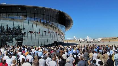 Luftig: Richard Branson seilt sich vom Raumflughafen ab.