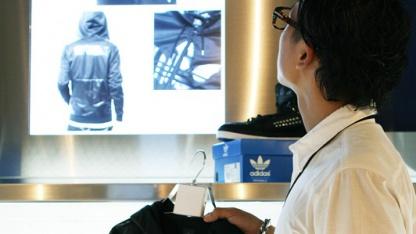 RFID-Bügel informieren über Kleidungsstücke.