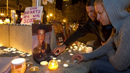 Kerzen werden für einen Demonstranten angezündet, der von der Polizei schwer verletzt wurde.