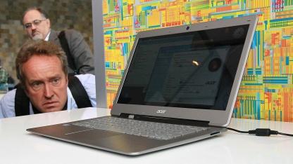 Teilnehmer blickt auf dem IDF im September 2011 auf ein Acer Ultrabook.