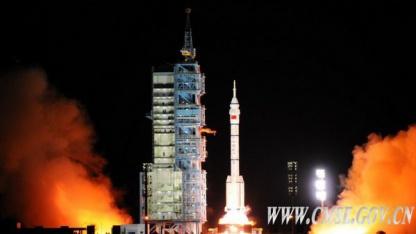 Start in Jiuquan: Trägerrakete Langer Marsch hebt mit Shenzhou VIII und der Simbox ab.