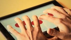 Touchscreen-Braille-Tastatur findet die Finger des Anwenders.