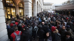 Menschenmassen vor dem Apple Store im britischen Covent Garden