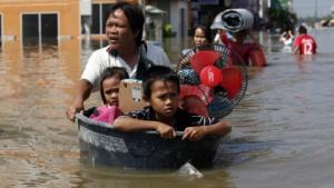 Flutopfer in einem Vorort von Bangkok