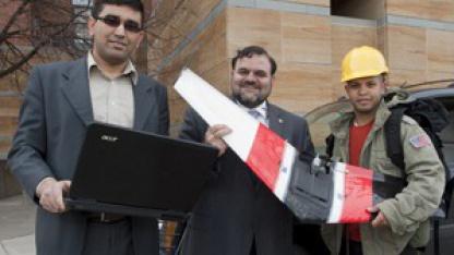 Kelly (Mitte) und seine Mitstreiter vor dem Test des Sierra-Systems in West-Virginia