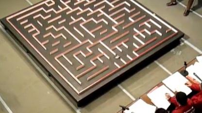 Kein Irrweg: Micromouse rast durch ein Labyrinth.