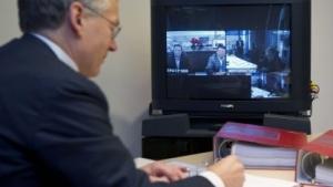 Philips-CEO Frans van Houten unterzeichnet die Joint-Venture-Vereinbarung.