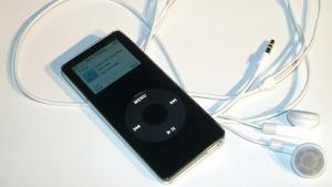 Ein iPod nano der ersten Generation. Es gab ihn nur in Schwarz oder Weiß.