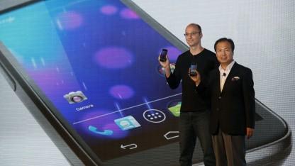 Andy Rubin (l.) und J.K. Shin, Präsident von Samsung Mobile