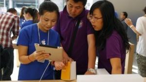 Eine Apple-Verkäuferin führt das iPad 2 in Schanghai vor.
