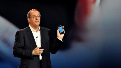 Intel-Chef Paul Otellini zeigt Intels Smartphone-Referenzdesign.