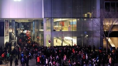 Wartende vor einem Apple Retail Store in Peking