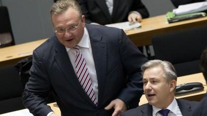 Innensenator Frank Henkel (links) und Bürgermeister Klaus Wowereit
