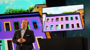 Samsungs Senior Vice President Joseph Stinziano mit Super OLED TV