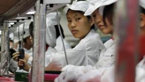 Arbeiterinnen in einer Fabrik von Foxconn in der chinesischen Stadt Longhua
