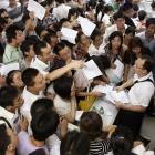 China: Menschenmassen vor Foxconns Einstellungsbüros