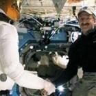 Fester Händedruck: Roboter und Mensch schütteln im Weltraum die Hände