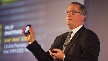 Intel-Chef Paul Otellini mit Atom-Smartphone