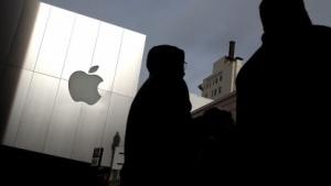 Fußgänger vor einen Apple Store am 24. Januar 2012 in San Francisco.