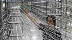 Textilfabrik in Kolumbien: Faser wird zum Stromspeicher.