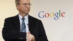 Google-Aufsichtsratschef Eric Schmidt steckt Motorola in die Tasche.