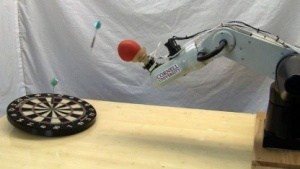 Neue Fähigkeit, neue Einsatzmöglichkeit: Roboterarm wirft Pfeile