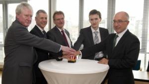 Hans Josef Duda (Gasline), Ulrich Müller (Ewe Energie), Christian Albrecht Kunz (GDMcom), Alexander Lucke (Dns:Net), Henning Heidemanns (Staatssekretär im Ministerium für Wirtschaft), v.l.n.r.