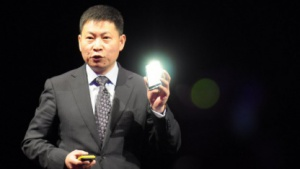 Richard Yu von Huawei zeigt das Ascend D Quad.