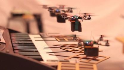 Musikalisch: Drohnen fliegen eine Melodie.