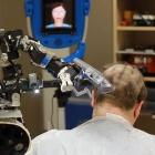 Friseur: Dreiarmiger Roboter rasiert Kopf