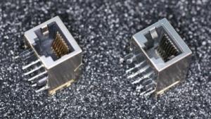 Wegen einer defekten Ethernet-Buchse (r.) verzögert sich die Auslieferung des Raspberry Pi.