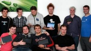 Ein Teil des Entwicklerteams von Plasma Active mit ihren Tablets