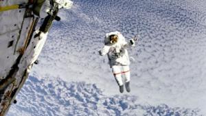 Astronaut beim Weltraumspaziergang: vorübergehende Sehstörungen