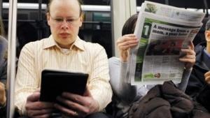 Künftig ohne Einschränkungen  im Flugzeug? Leser mit E-Book-Reader in der U-Bahn