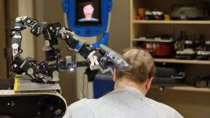 Militärisch kurz: Roboterfriseur bei der Arbeit