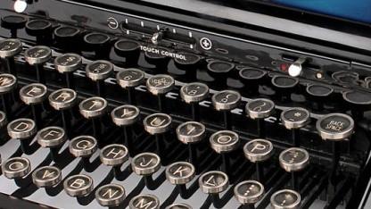 Antike Schreibmaschine mit USB-Anschluss
