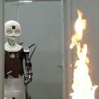 Roboter: Octavia löscht Feuer auf einem Schiff