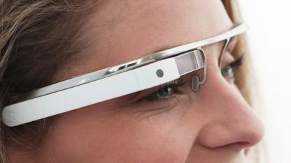Google-Brille mit Mikrodisplay, Kamera und Kommunikationstechnik.