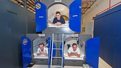 Interxion-Beschäftigte probieren die Schlafpods aus.
