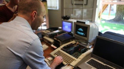 Jordan Mechner beim Auslesen der Disketten
