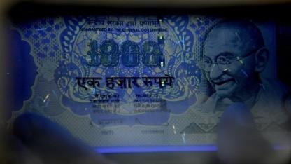 Prüfung einer indischen Banknote (Symbolbild): Fälschungssicherheit durch magnetische Nanobeschichtung