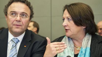 Hans-Peter Friedrich und Sabine Leutheusser-Schnarrenberger sind für die Umsetzung der Vorratsdatenspeicherung in Deutschland verantwortlich.