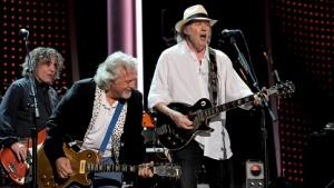 Neil Young (r.) mit seiner Band Crazy Horse im Februar 2012