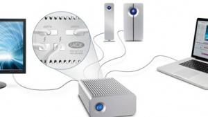 Der Hub (vorne) hängt an Mac, Monitor und Festplatte.