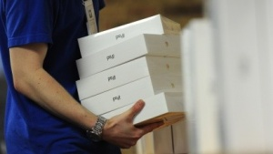 Apple-Mitarbeiter mit iPad-3-Packungen bei der Markteinführung im März 2012