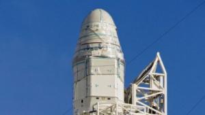 Startvorbereitung: Raumkapsel Dragon auf der Trägerrakete Falcon 9