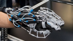 Exohand: Mensch fühlt, was der Roboter in der Hand hält.