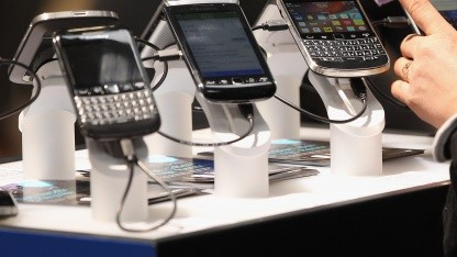 Blackberry-Smartphones auf dem RIM-Messestand der Cebit 2012 in Hannover