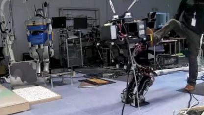 HRP3L-JSK: Mensch tritt Roboter