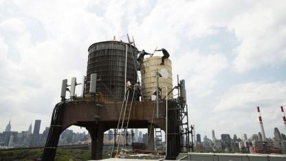Bau eines Wassertanks auf einem Dach im New Yorker Stadtteil Queens: inspirierender Anblick